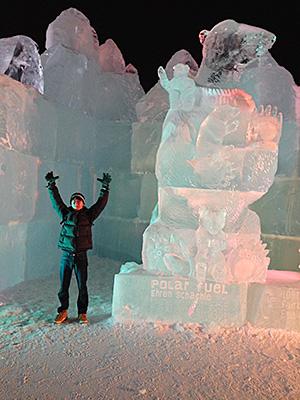 大きい熊の氷像で記念撮影