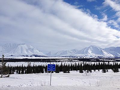 雪で覆われた山脈