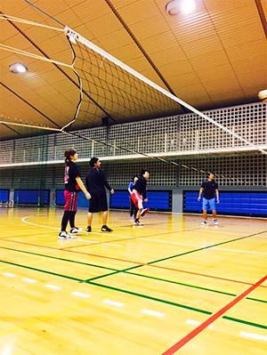 浦添にある体育館でバレーボール