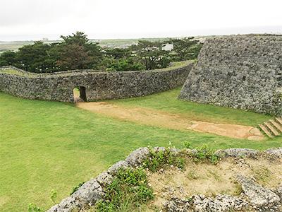 広大な座喜味城跡