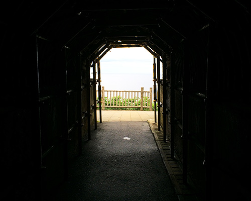 トンネルの中。徐々に出口の先へ広がる景色が見えてきます