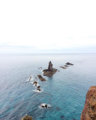 そびえ立つ神威岩