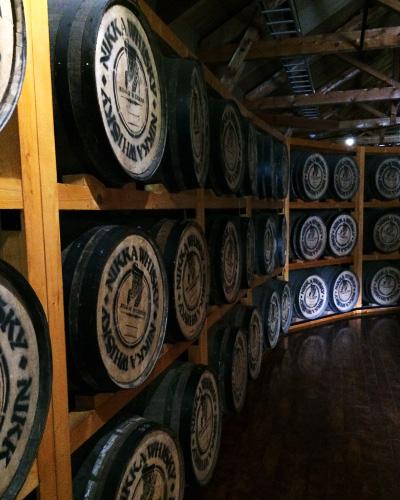 ウヰスキーを醸造する樽棚