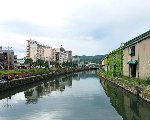 川に沿って立ち並ぶ古い建物と蔵