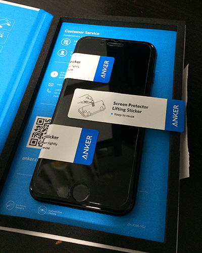 保護フィルムをiPhone7に貼り付け