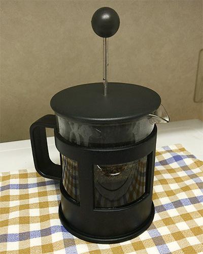 コーヒープレスの蓋をして、4分間蒸す