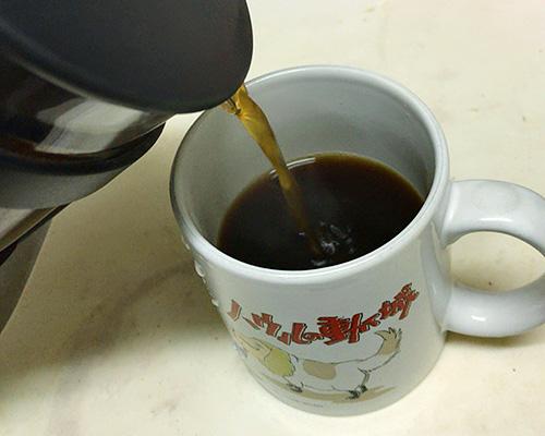 コーヒーをカップへ移す