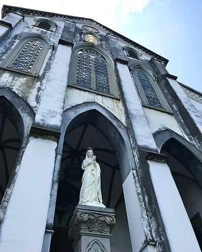 教会入り口には立派な像