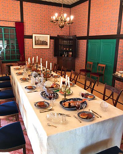 中世ヨーロッパ風な豪華な食卓