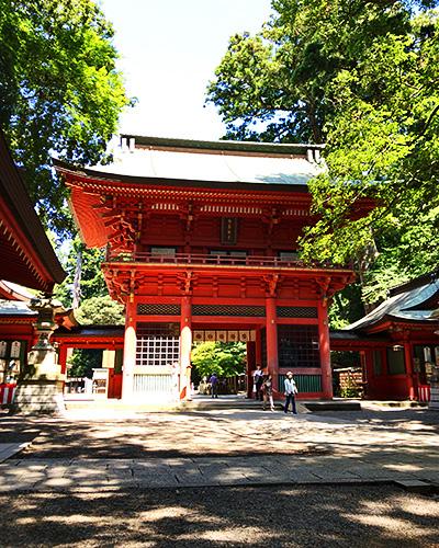 赤くて立派な楼門