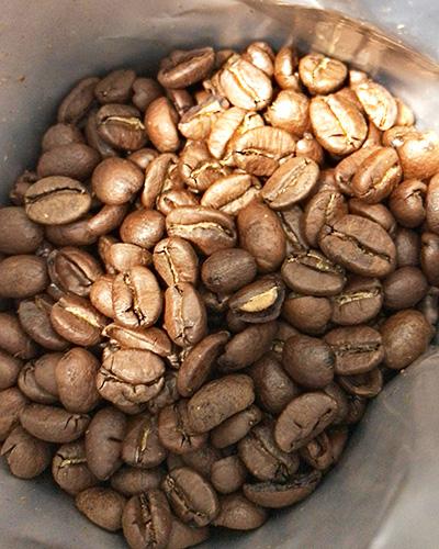 浅煎りの綺麗な茶色い豆