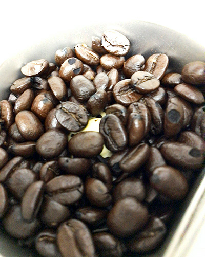 ミルで挽く前のコーヒー豆